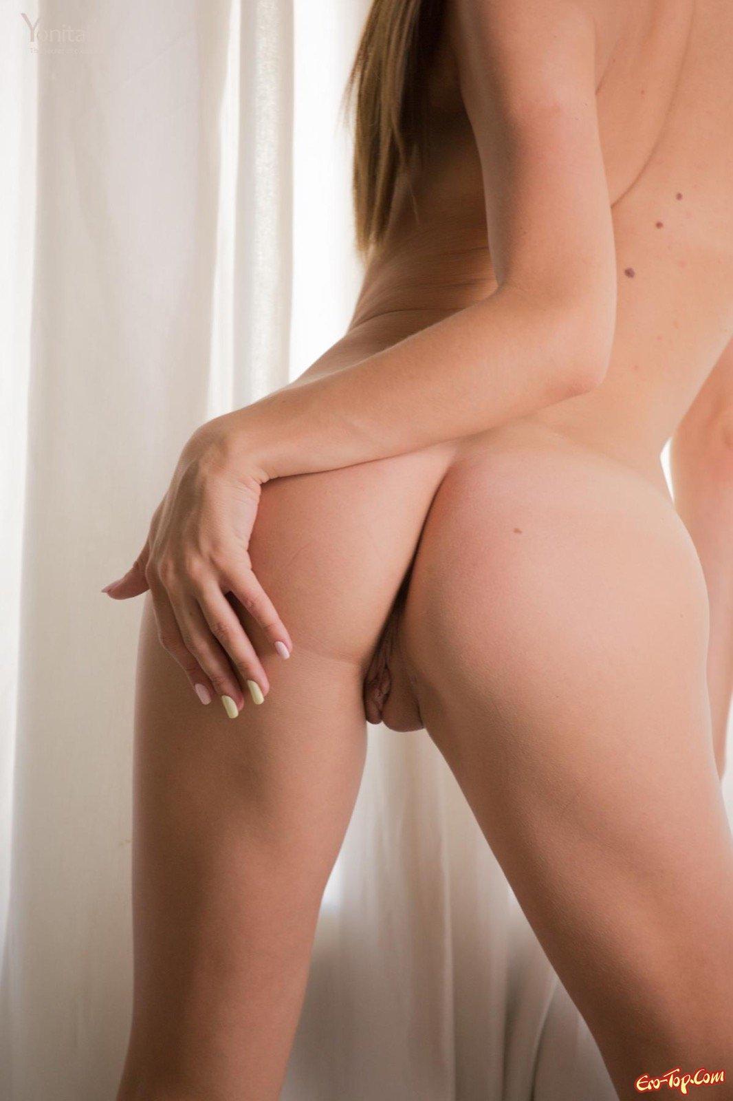 Нагая светловолосая девушка блистает сексапильным туловищем на стульчике