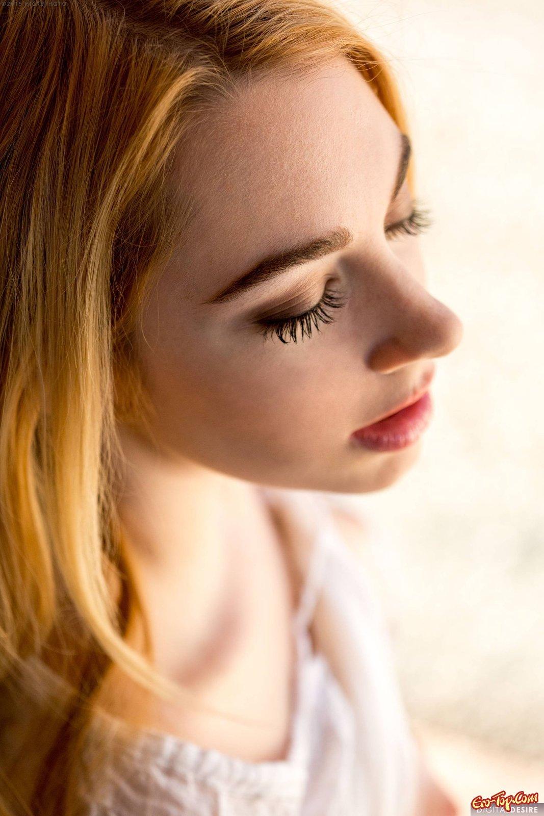 Блондинка снимает красочные трусики на лавочке