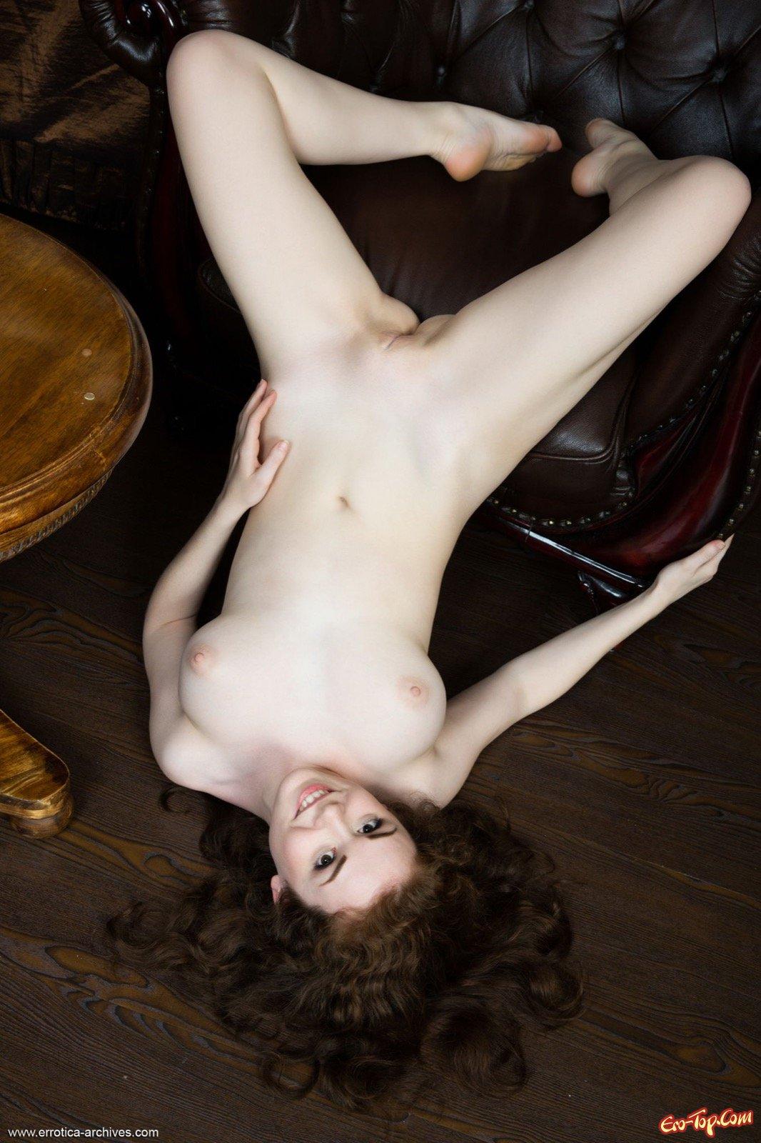 Эффектная обнаженная дамочка с натуральными сиськами