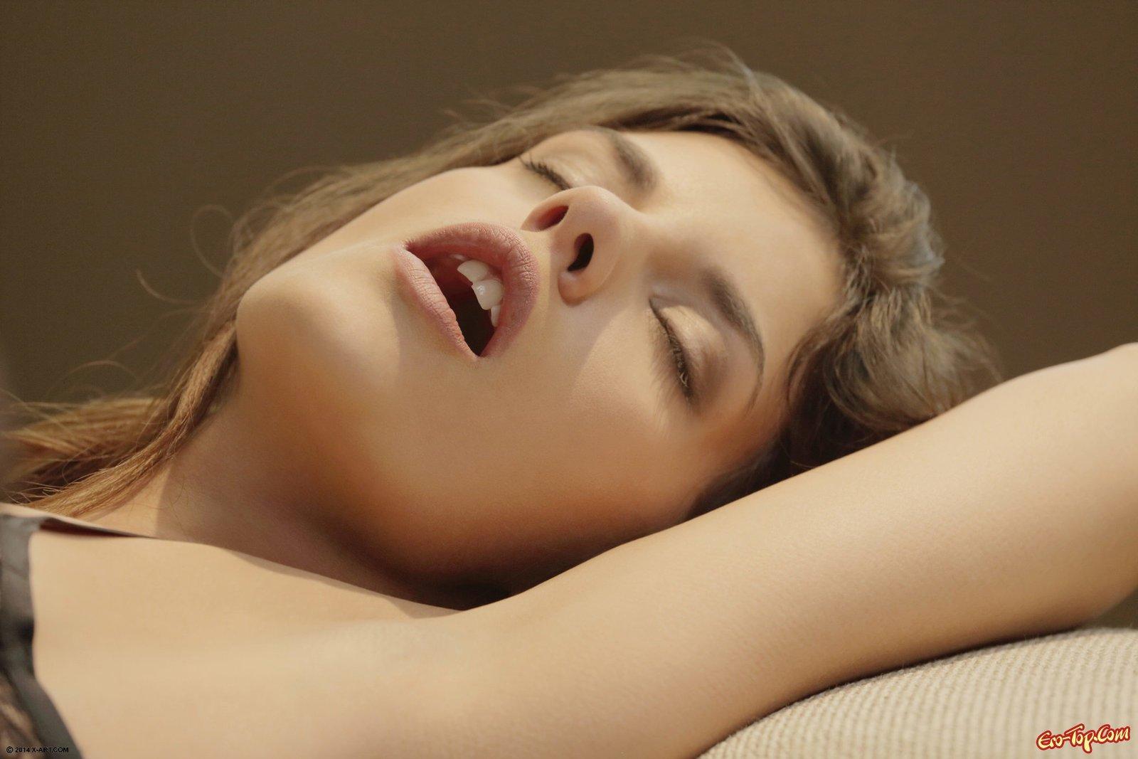 Молодая шлюшка в чулках возбуждает себя лежа на тахте