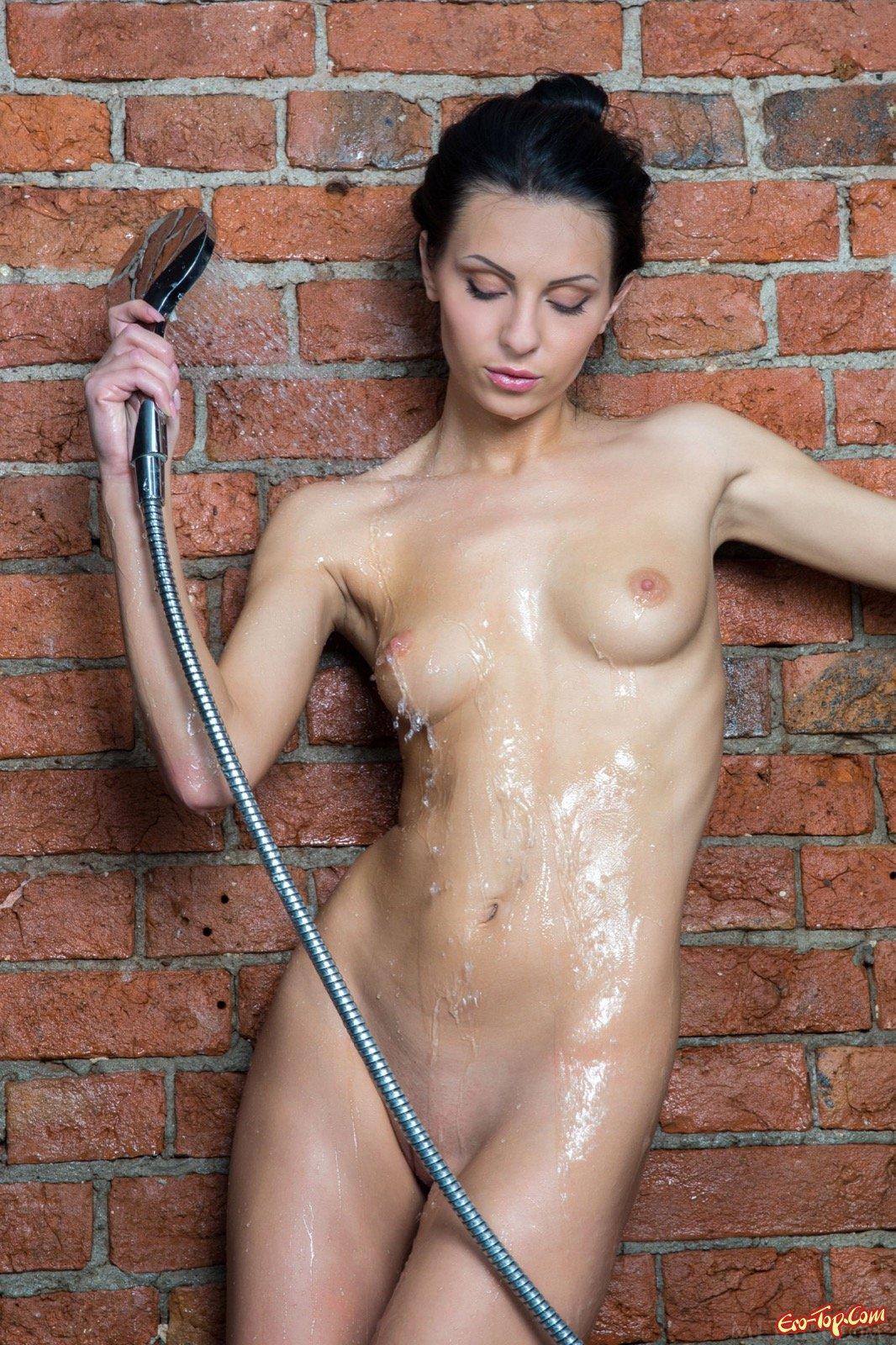 Худая брюнетка возбужденно моется в ванной
