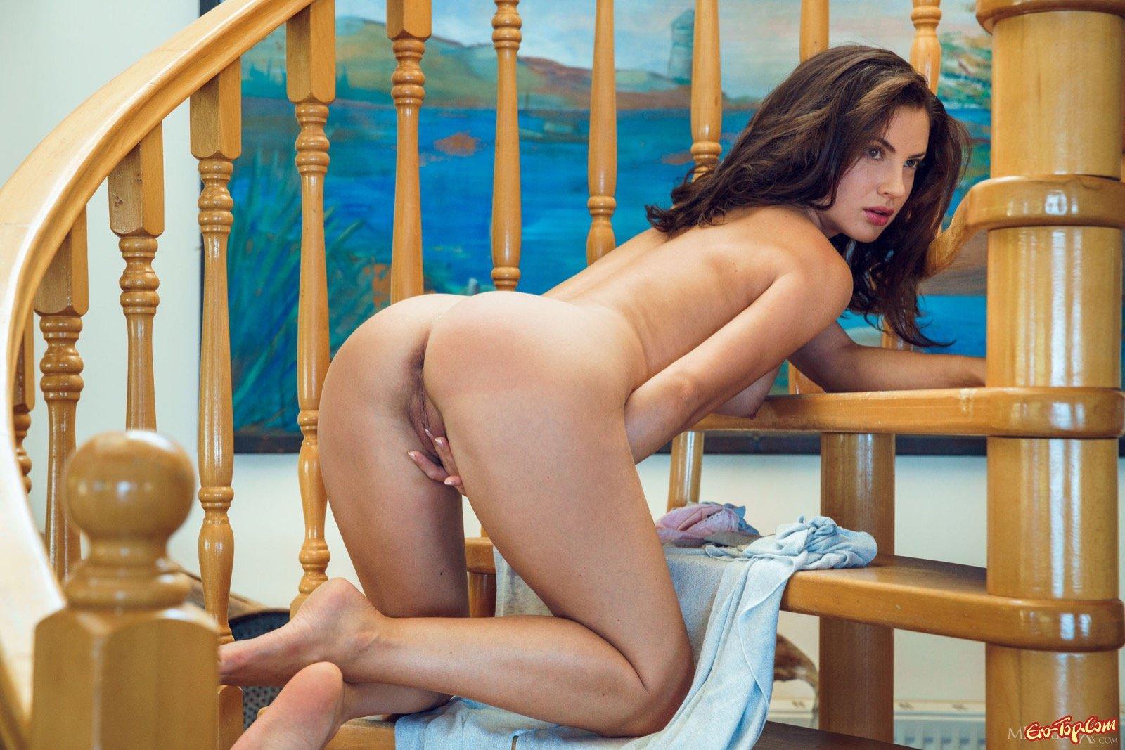 Молоденькая девушка оголилась на лестнице дома секс фото