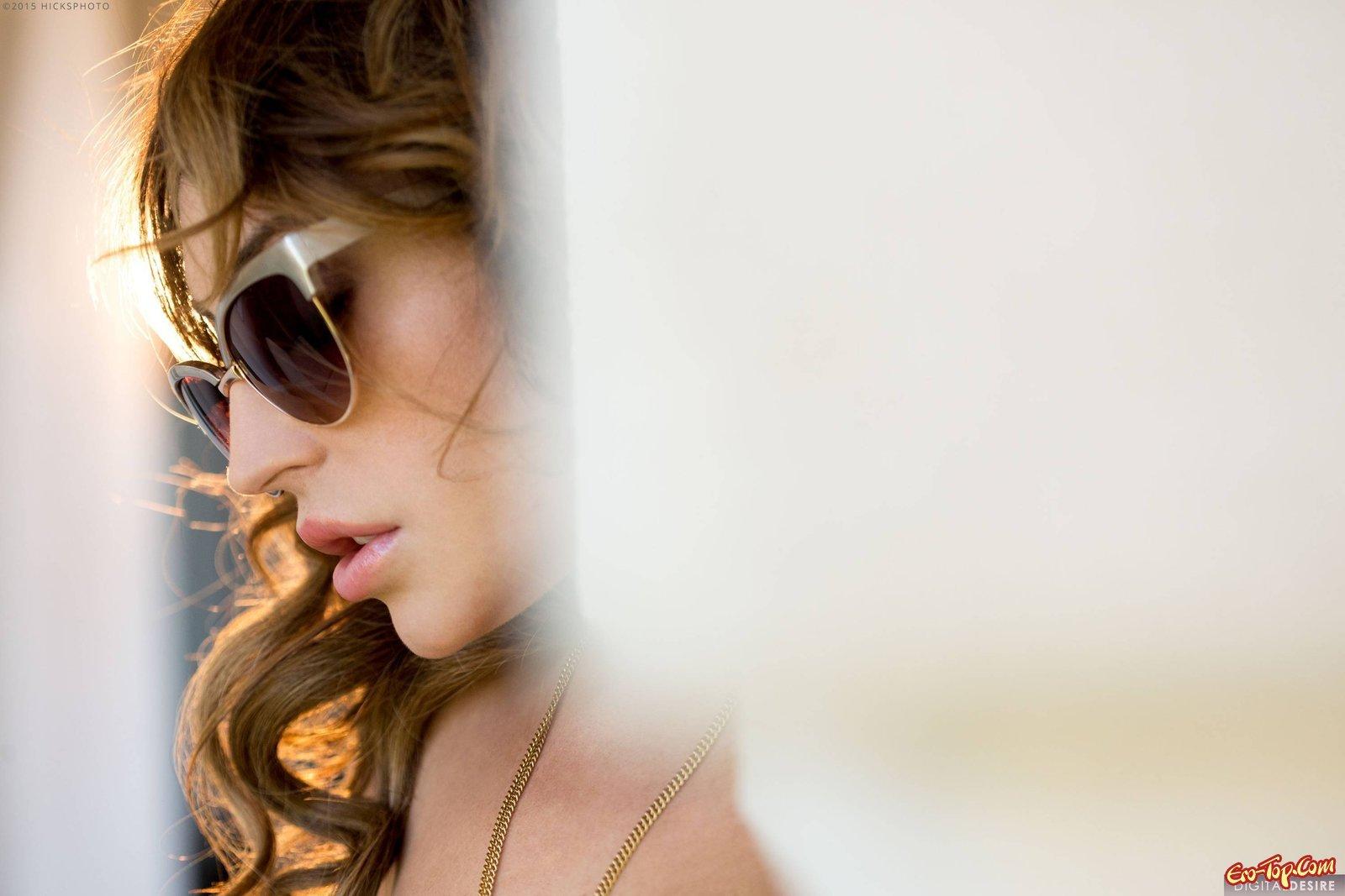Девушка в очках снимает нижнее белье на диване