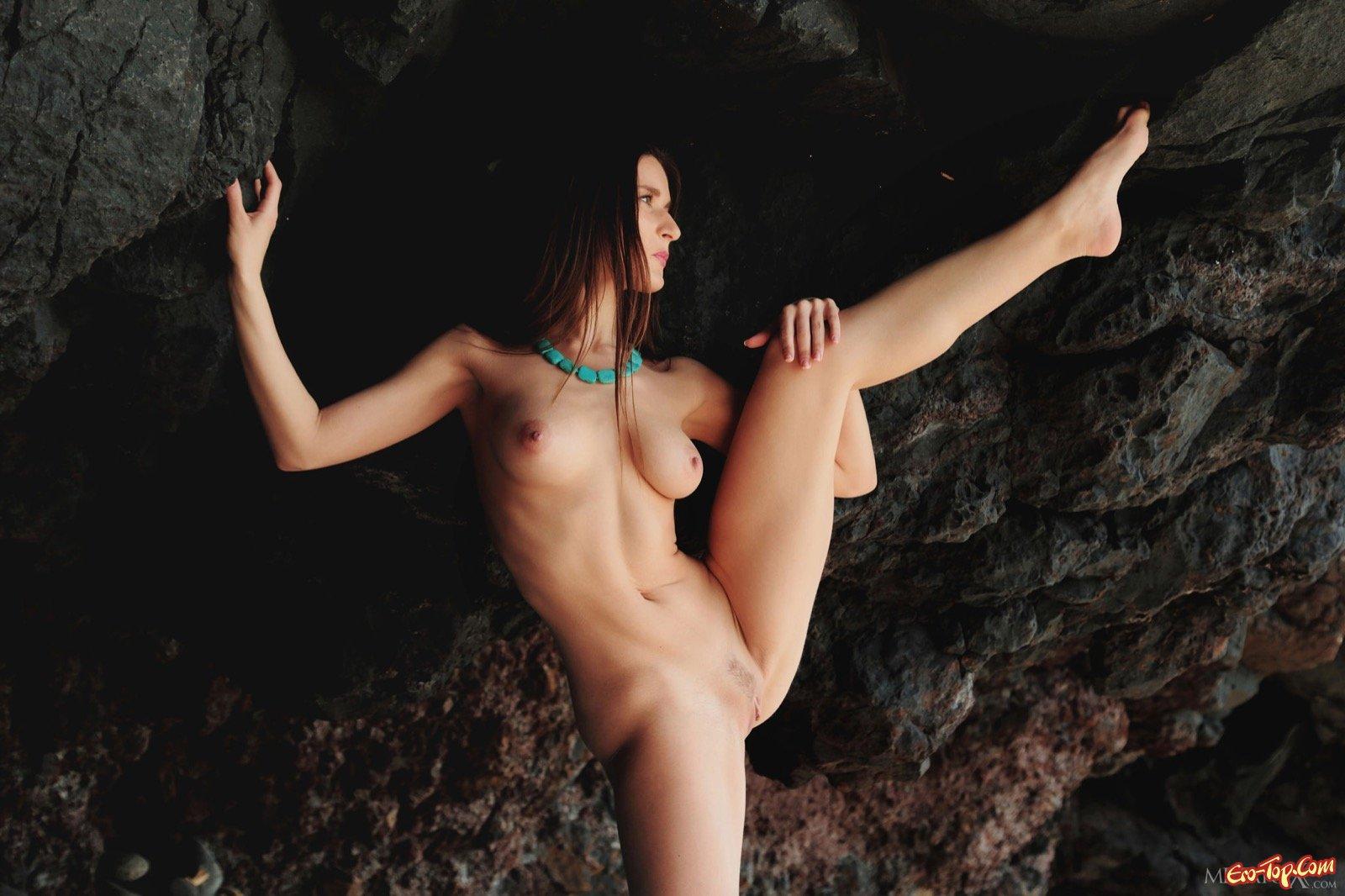 Красотка с натуральной грудью светит киской на море
