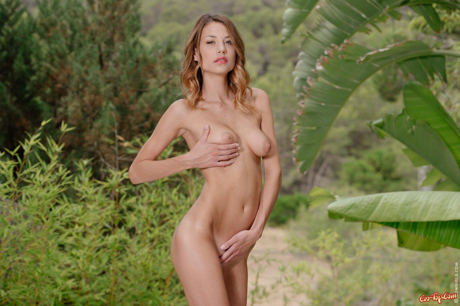 Грациозная девка продемонтстрировала свое голый торс