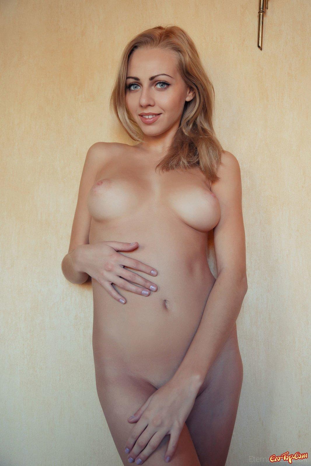Длинноногая блондинка в гетрах засветила пизду и грудь