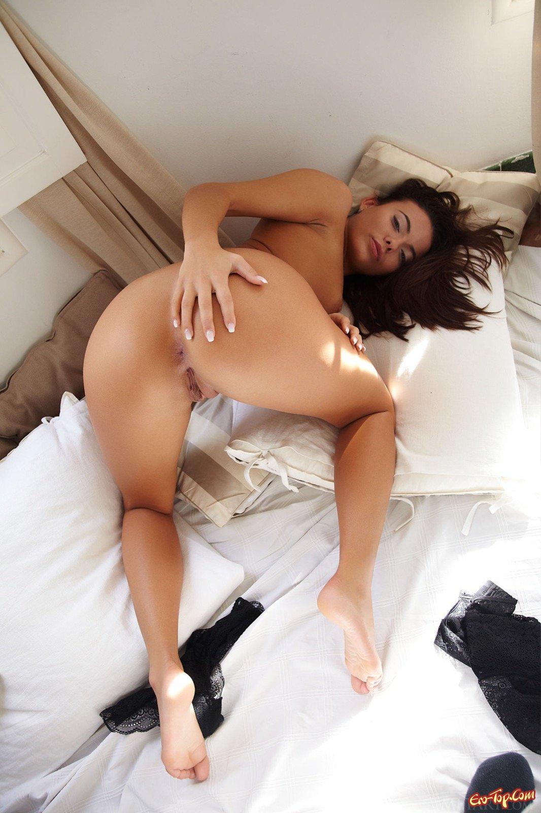 Леди обнажила крупные половые губы лежа в кроватке