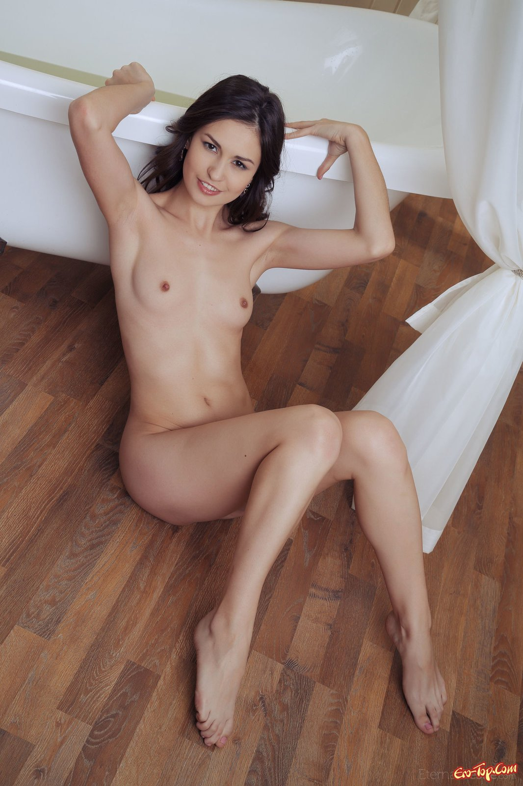 Идеальная голая шлюшка хвастается на полу секс фото