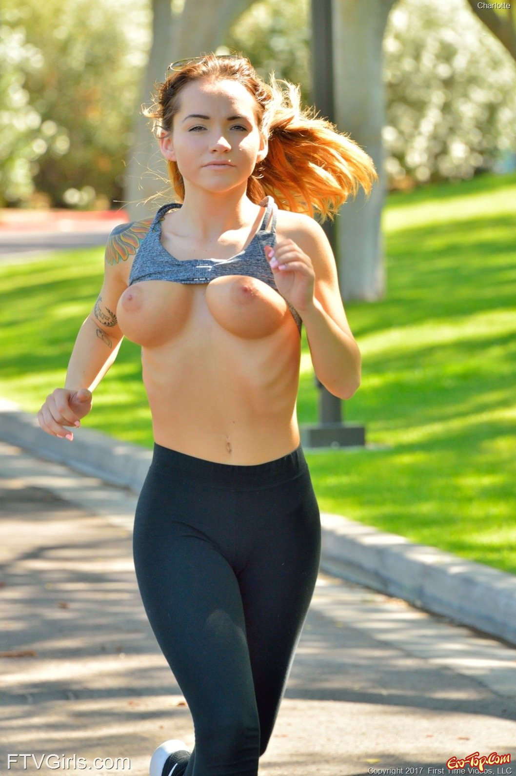 Сексуальная бегунья показала грудь и попку