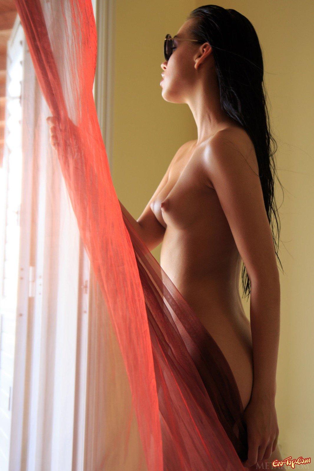 Брюнетка с большими губками показала волосатую киску