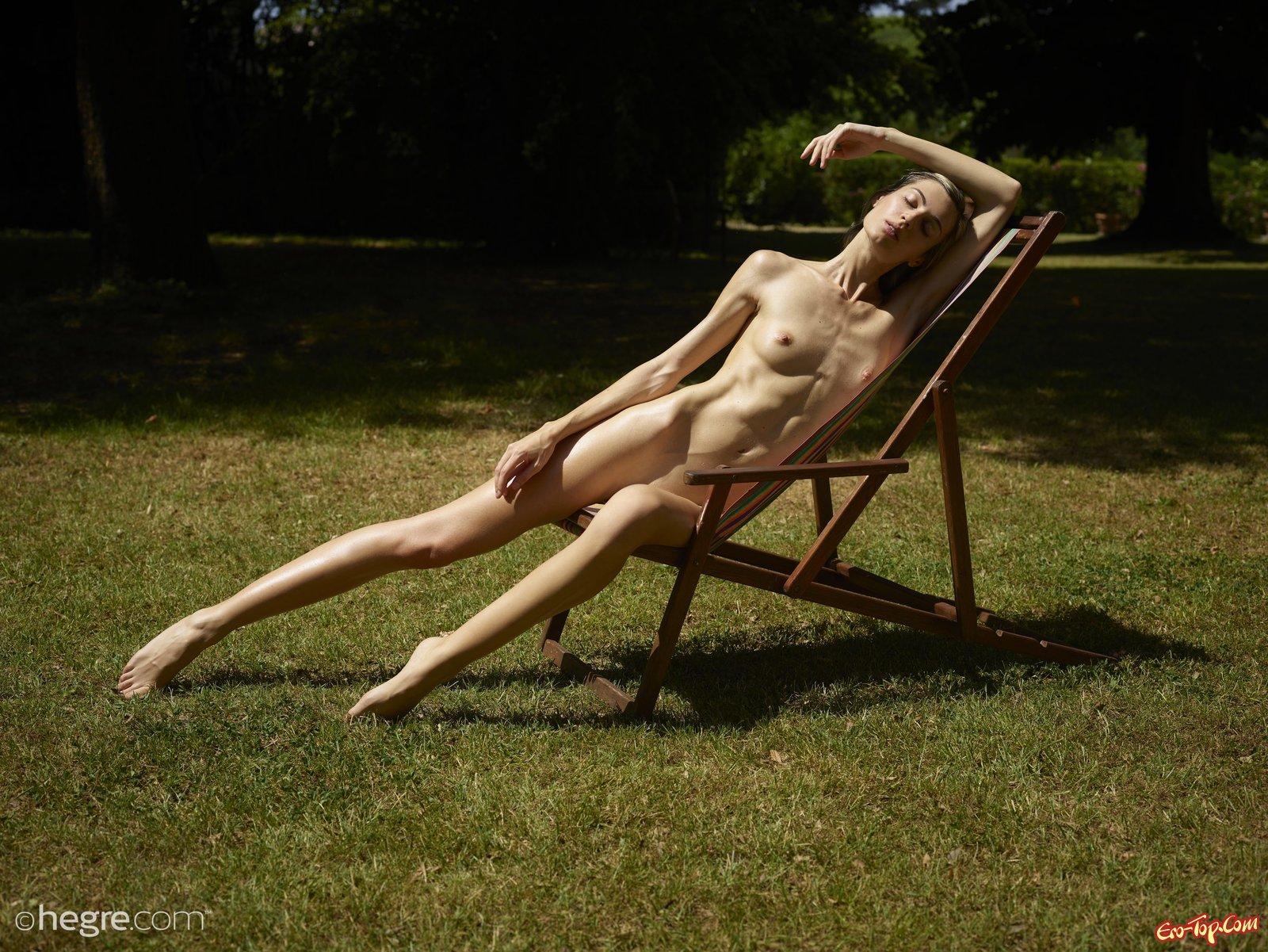 Раздетая худая блондинка балдеет на солнце