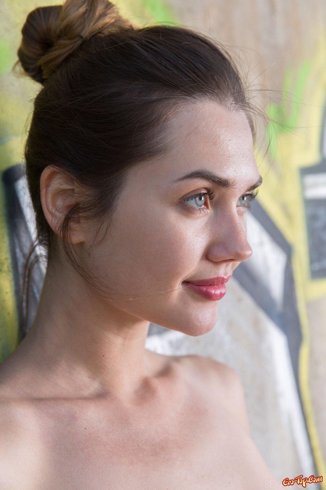 Целомудренная милашка сексуально разделась у бетонной стены