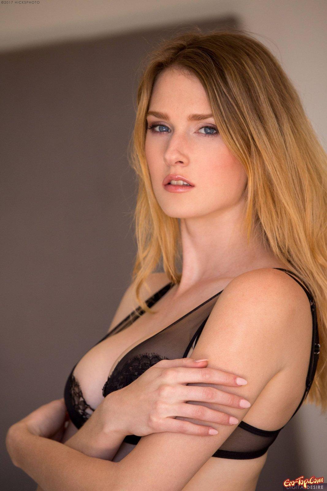 Блондинка с сексапильной возбуждающей сракой
