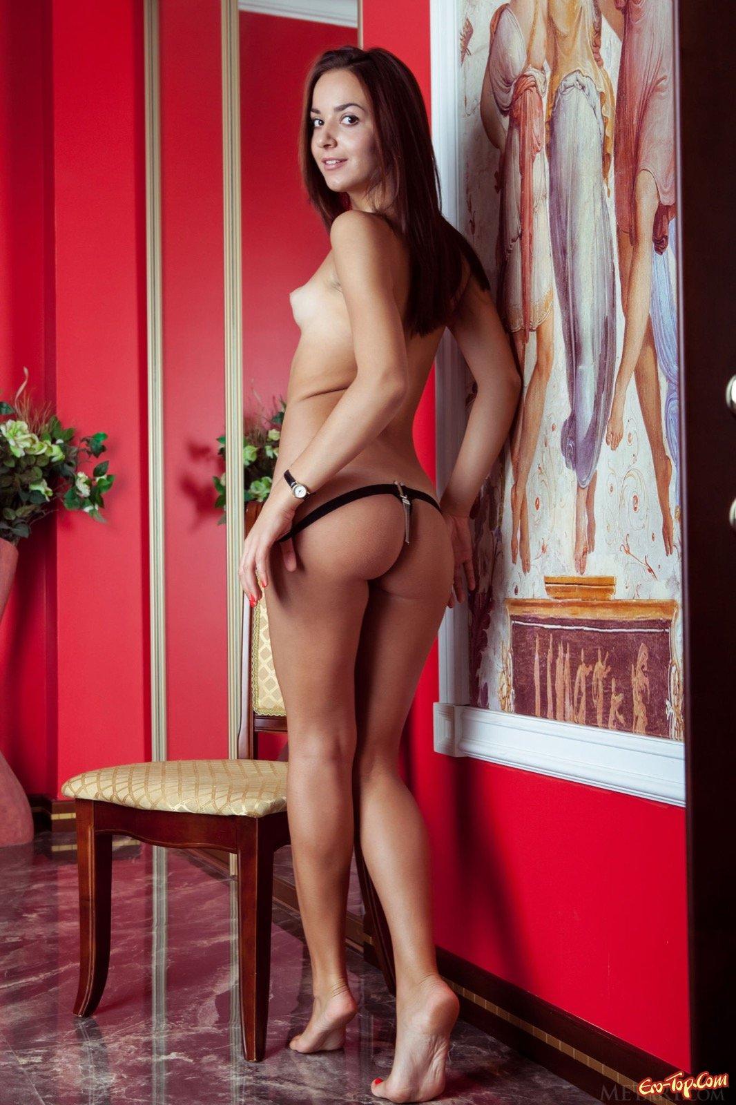 Раздевается демонстрируя груди на стульчике