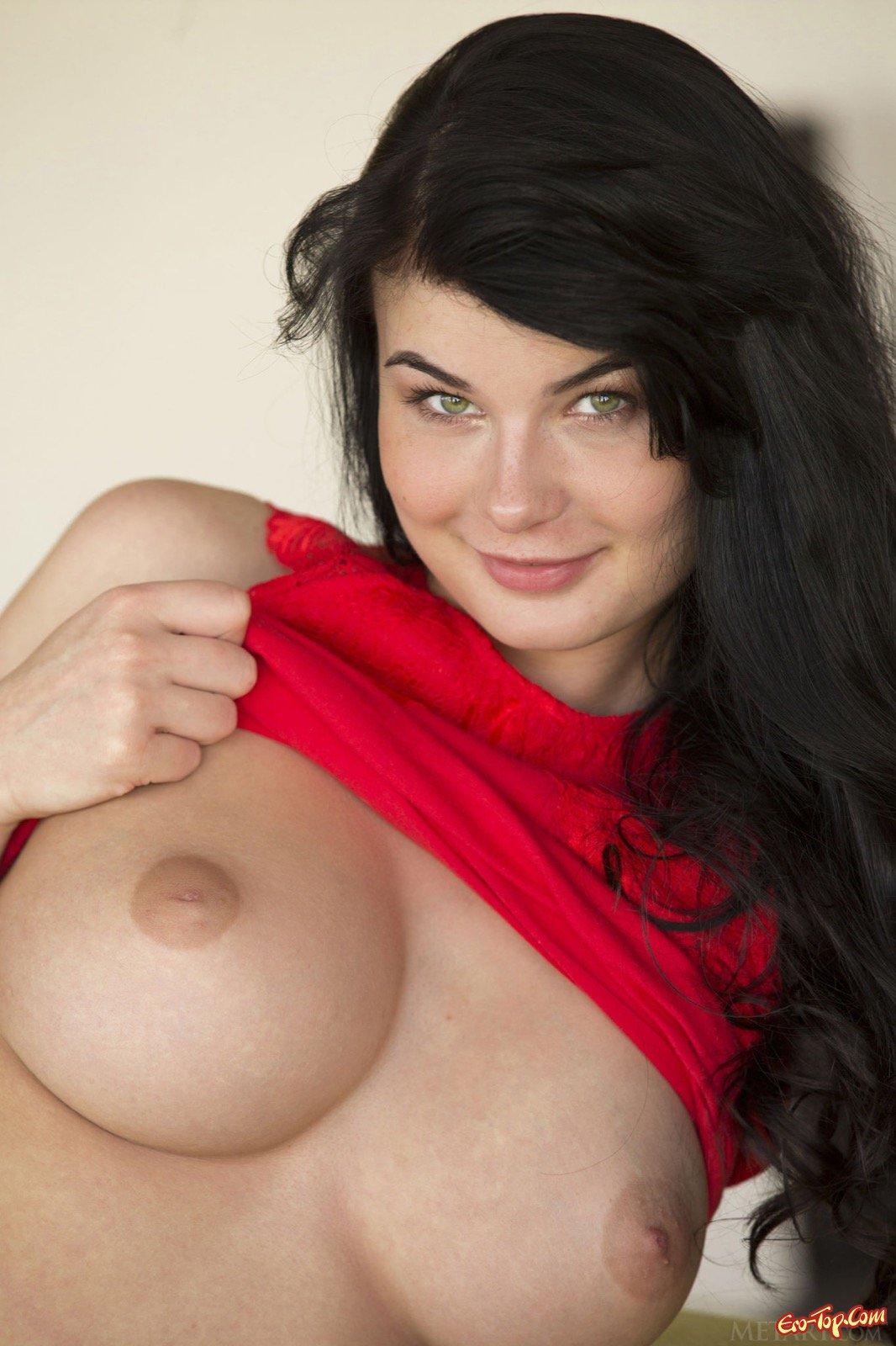Брюнетка с огромными грудями скинула одежду на диванчике