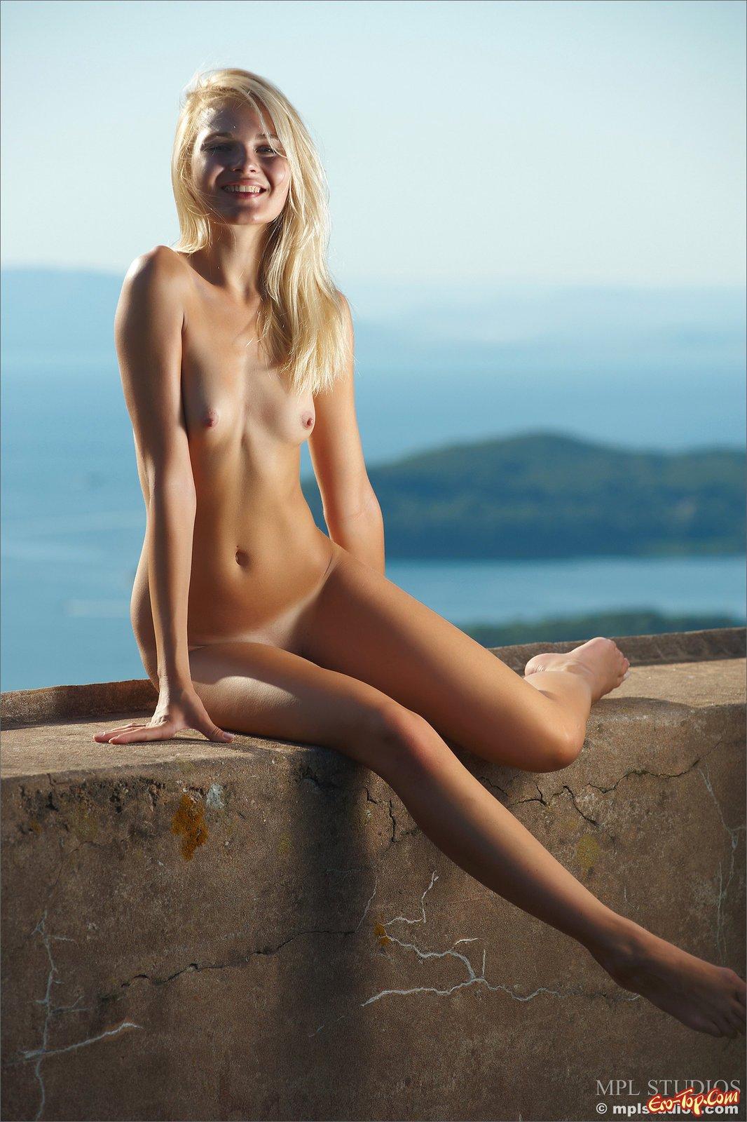 Смуглая блондиночка хочет сниматься голой