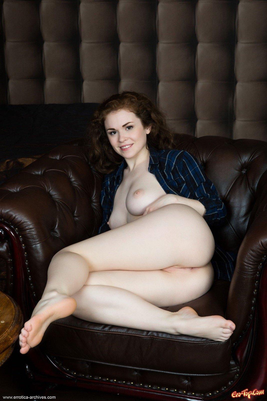 Кучерявая девушка раздевшись засветила грудь и киску