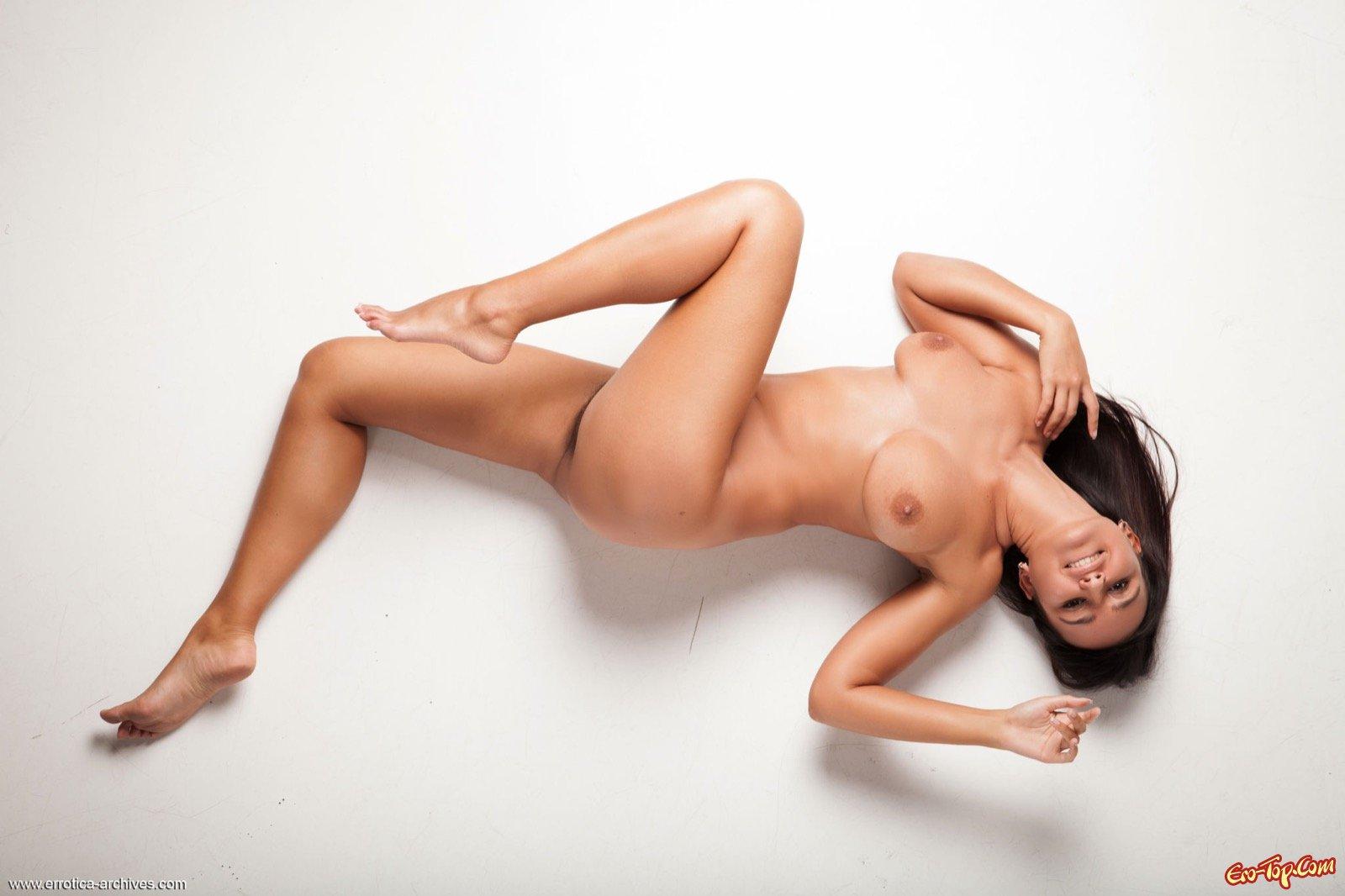 Голая девушка светит густыми зарослями между ног