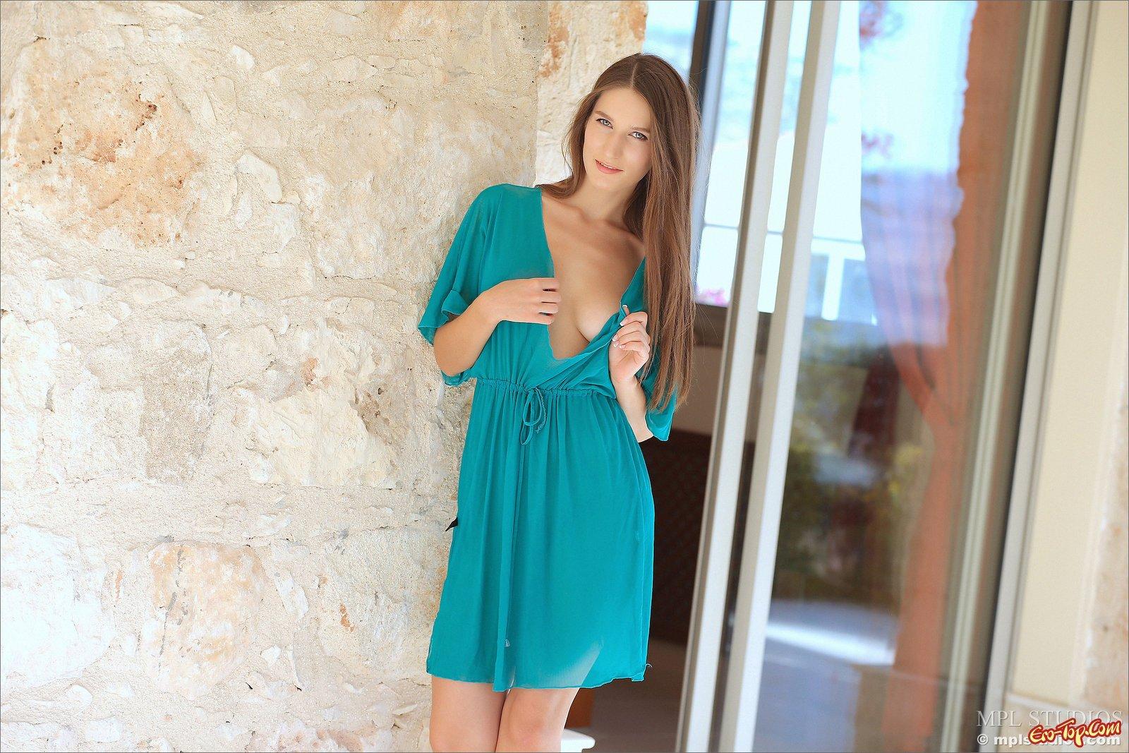 Возбуждающая леди сексуально снимает платье