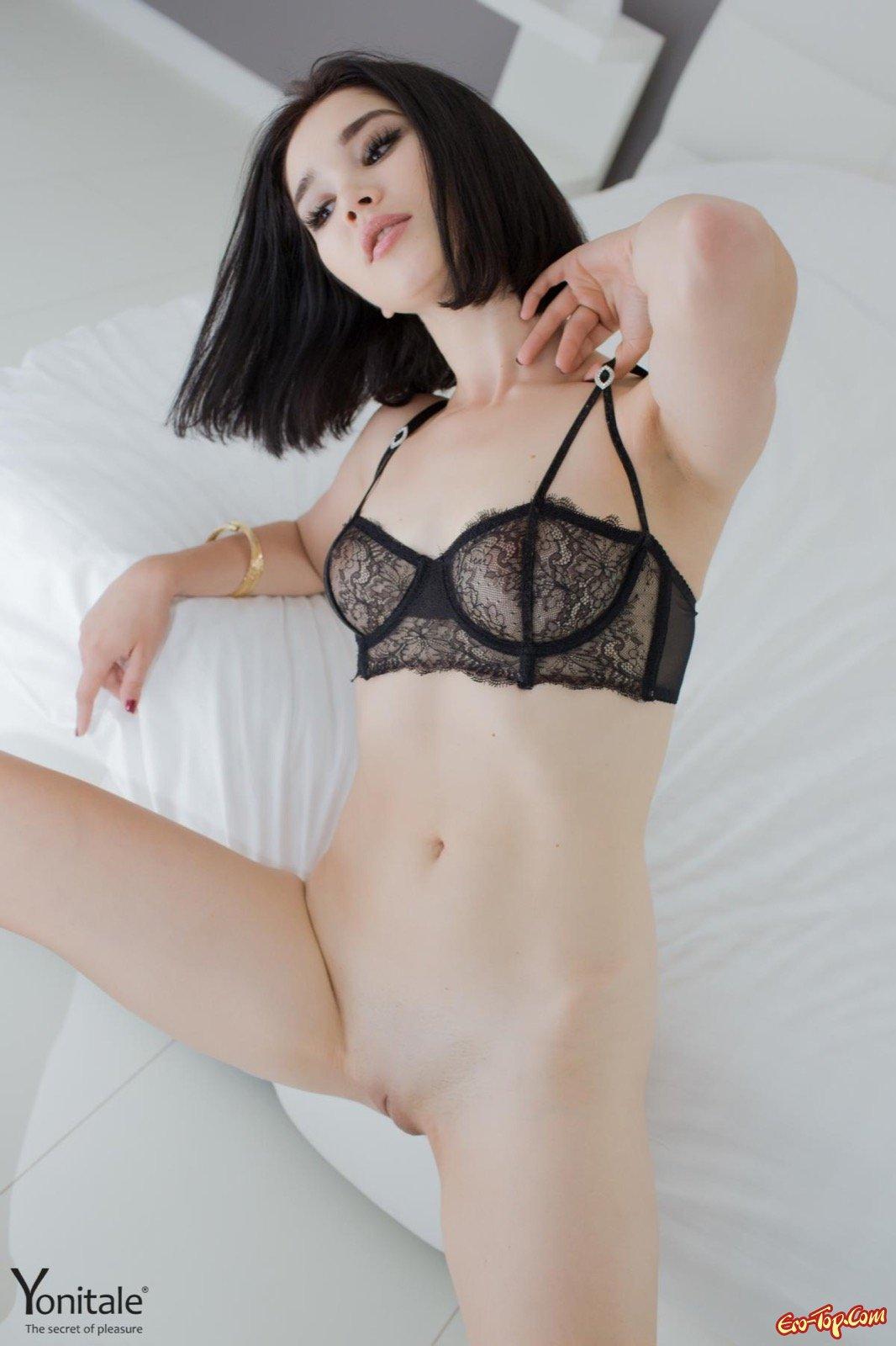 Сучка сняла нижнее бель и позирует в койке секс фото