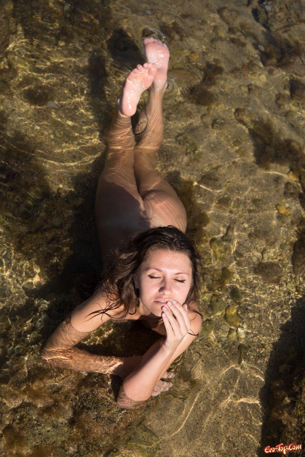 Голая девушка сексуально купается в море