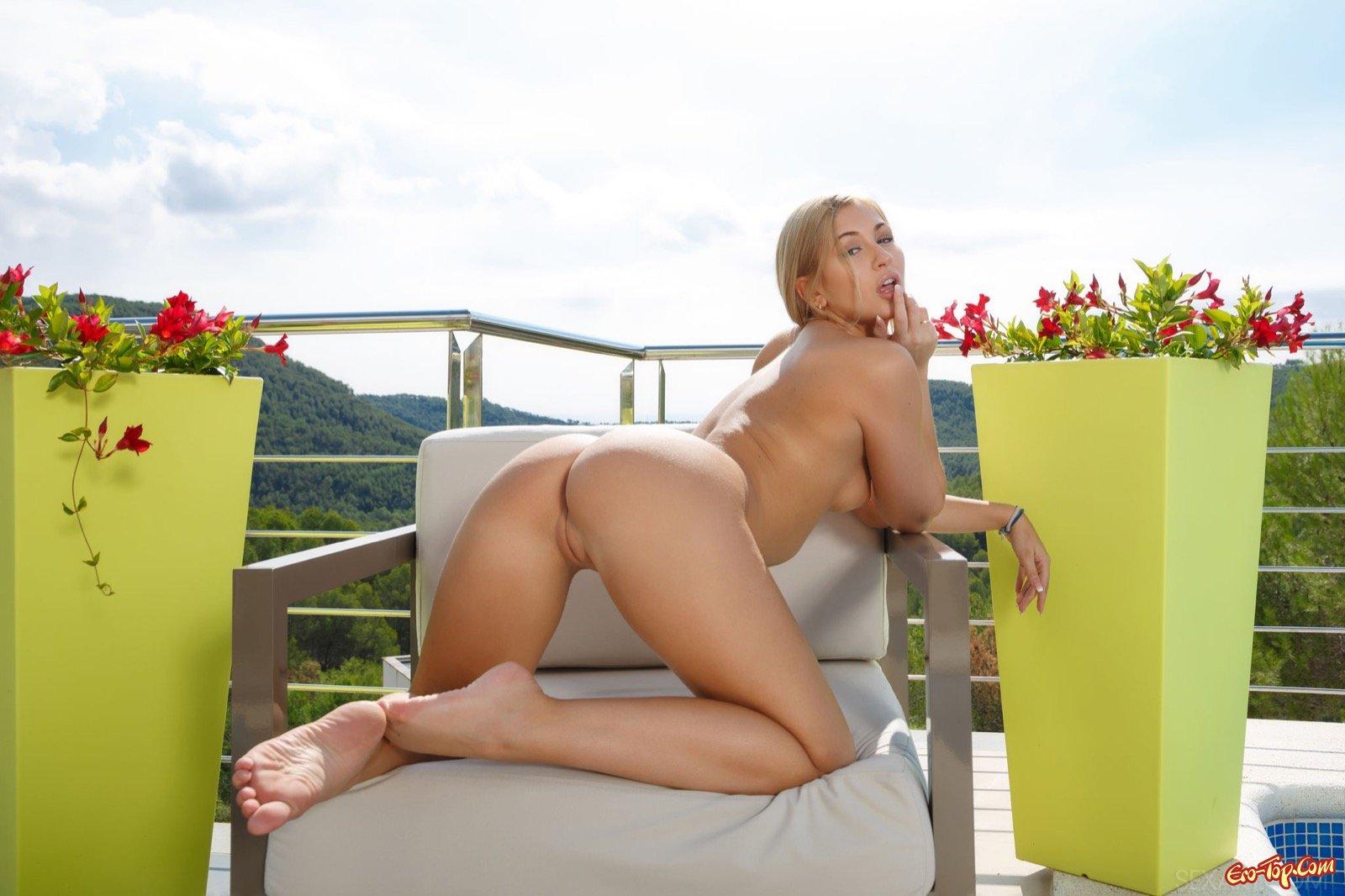 Красивая блондинка светит грудь с торчащими сосками