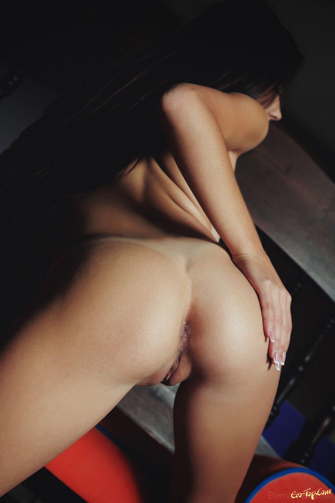 Роковая брюнеточка показала классную грудь