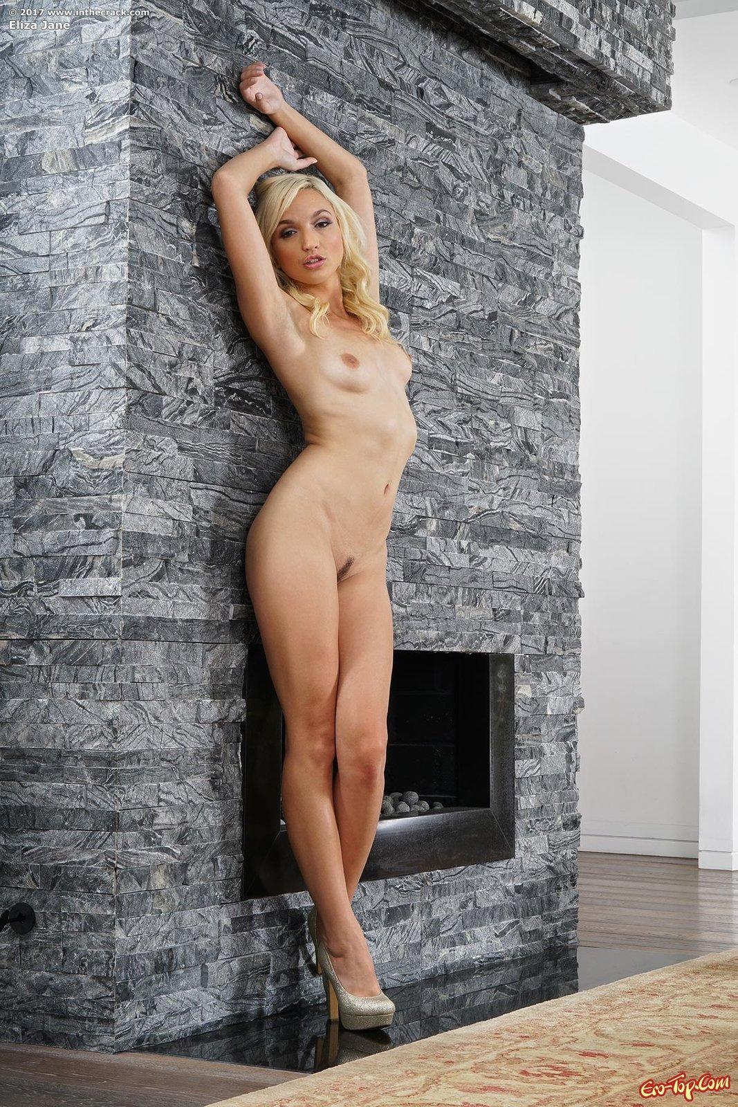 Блондинка раздвигает ножки светя сексапильной вагиной