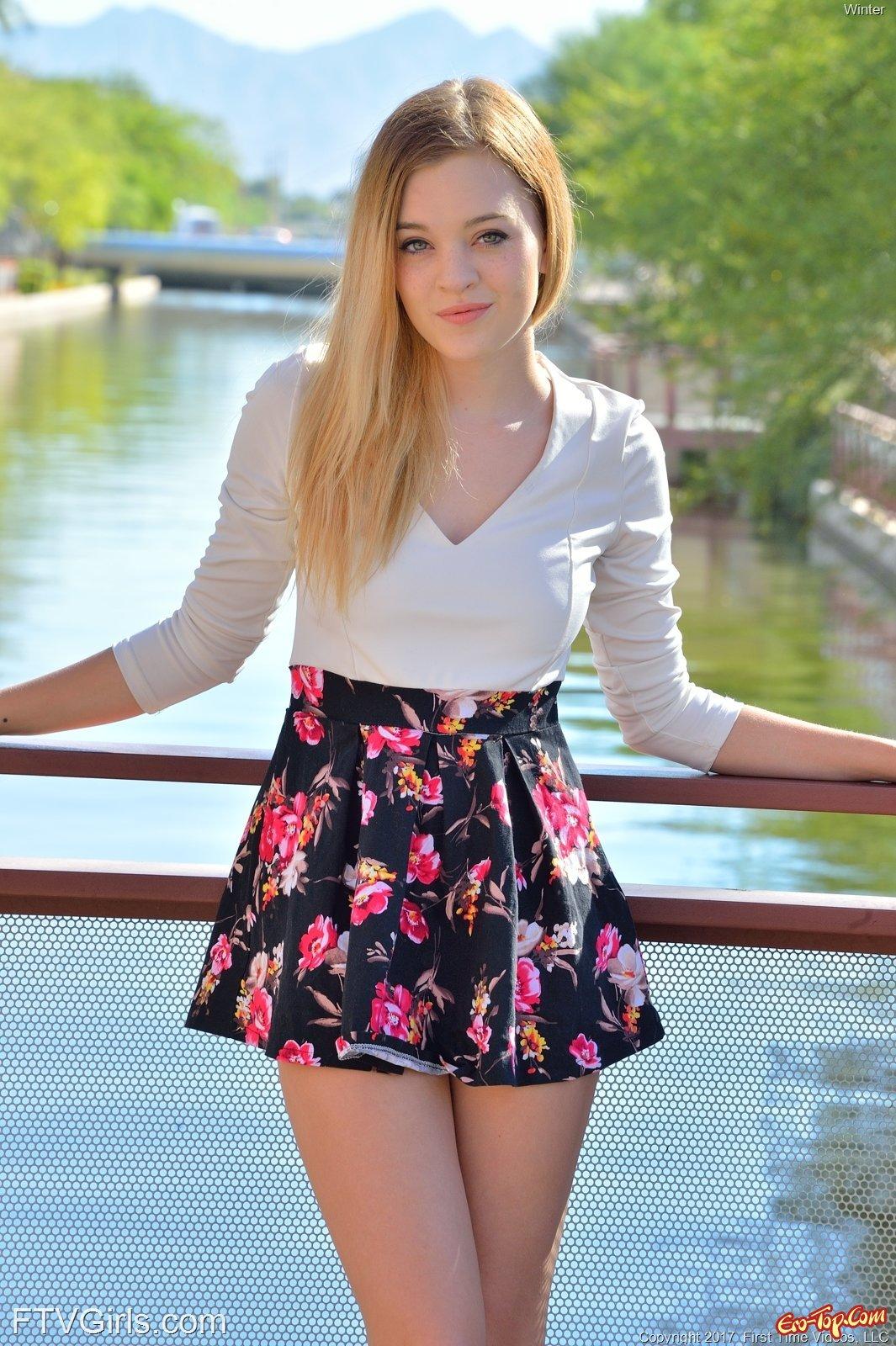 Блондинка засветила трусики и киску под юбкой