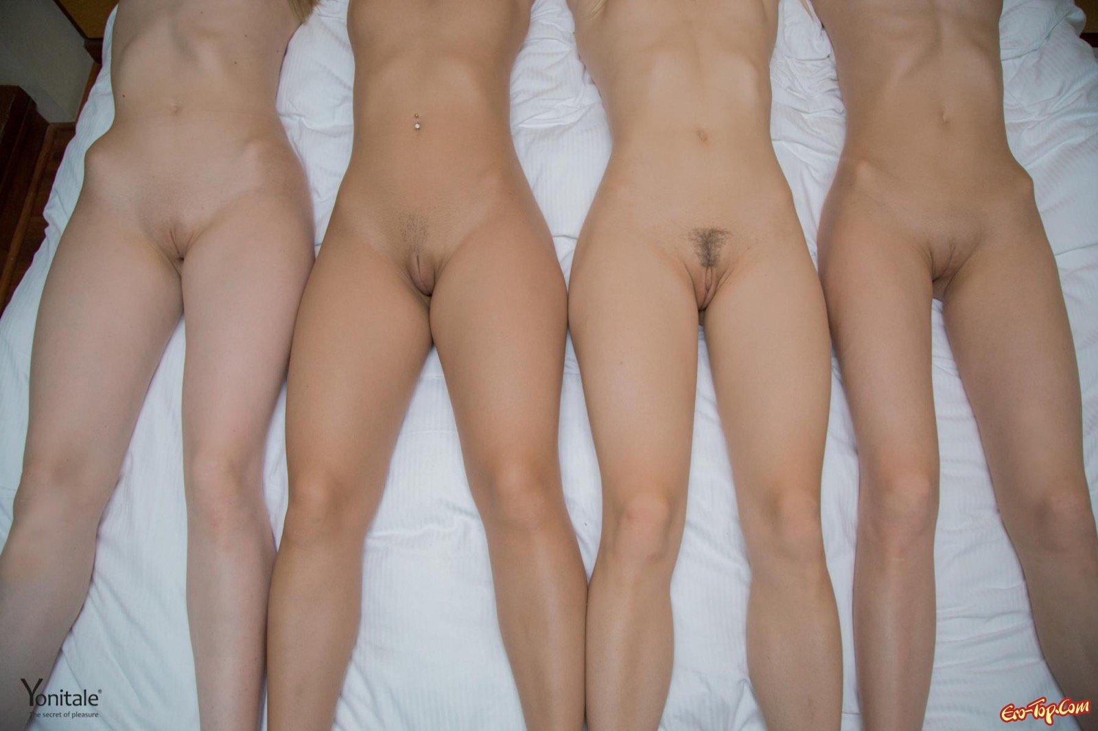 Четыре светлые девушки голыми позируют в постели
