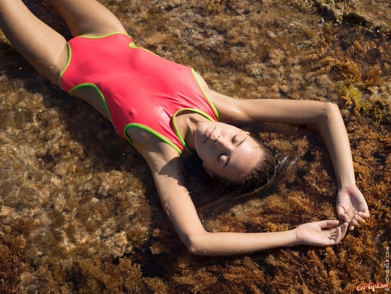 Симпатичная худышка купается в воде