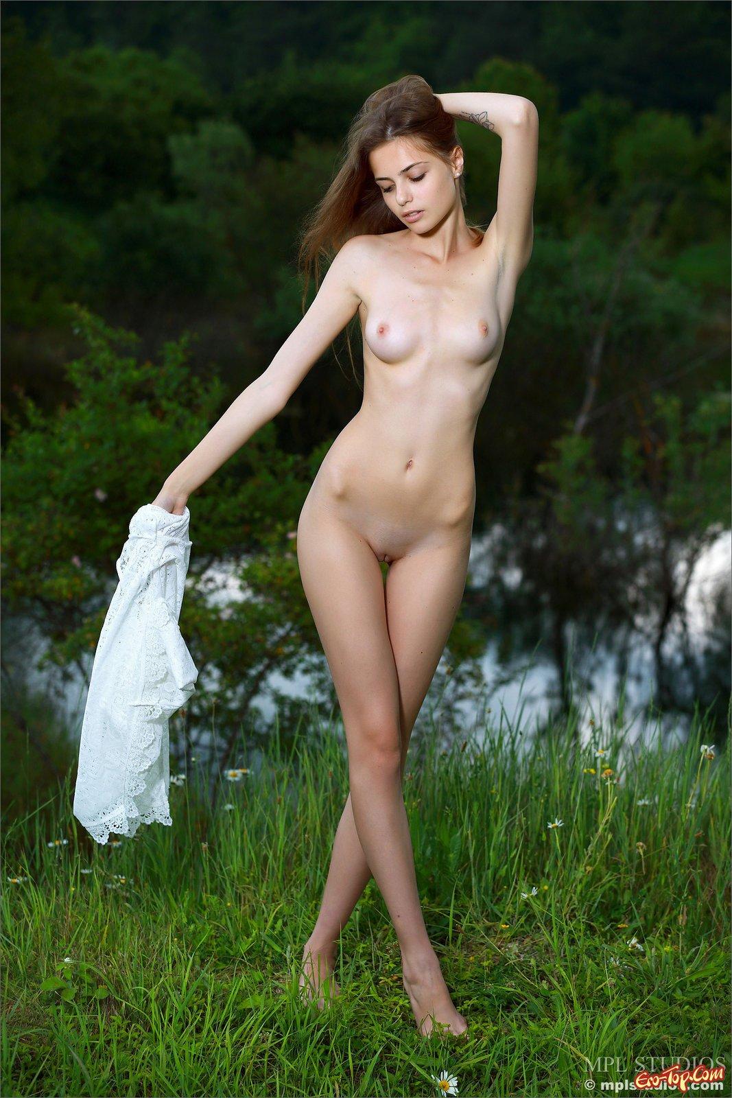 Худышка с небольшими дойками позирует на открытом воздухе