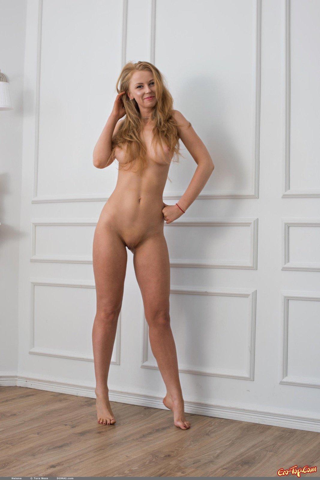 Догола раздетая модель со свелыми волосами засветила сексапильное тело