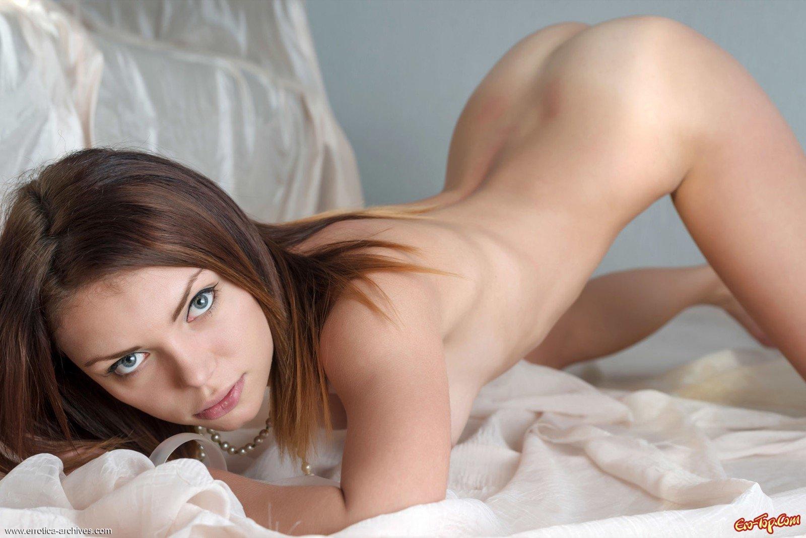 Гибкая девушка показывает бритую пилотку и грудь
