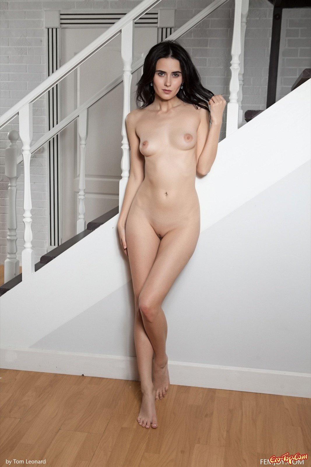 Хорошенькая шатенка снимает белье и снимается на ступенях