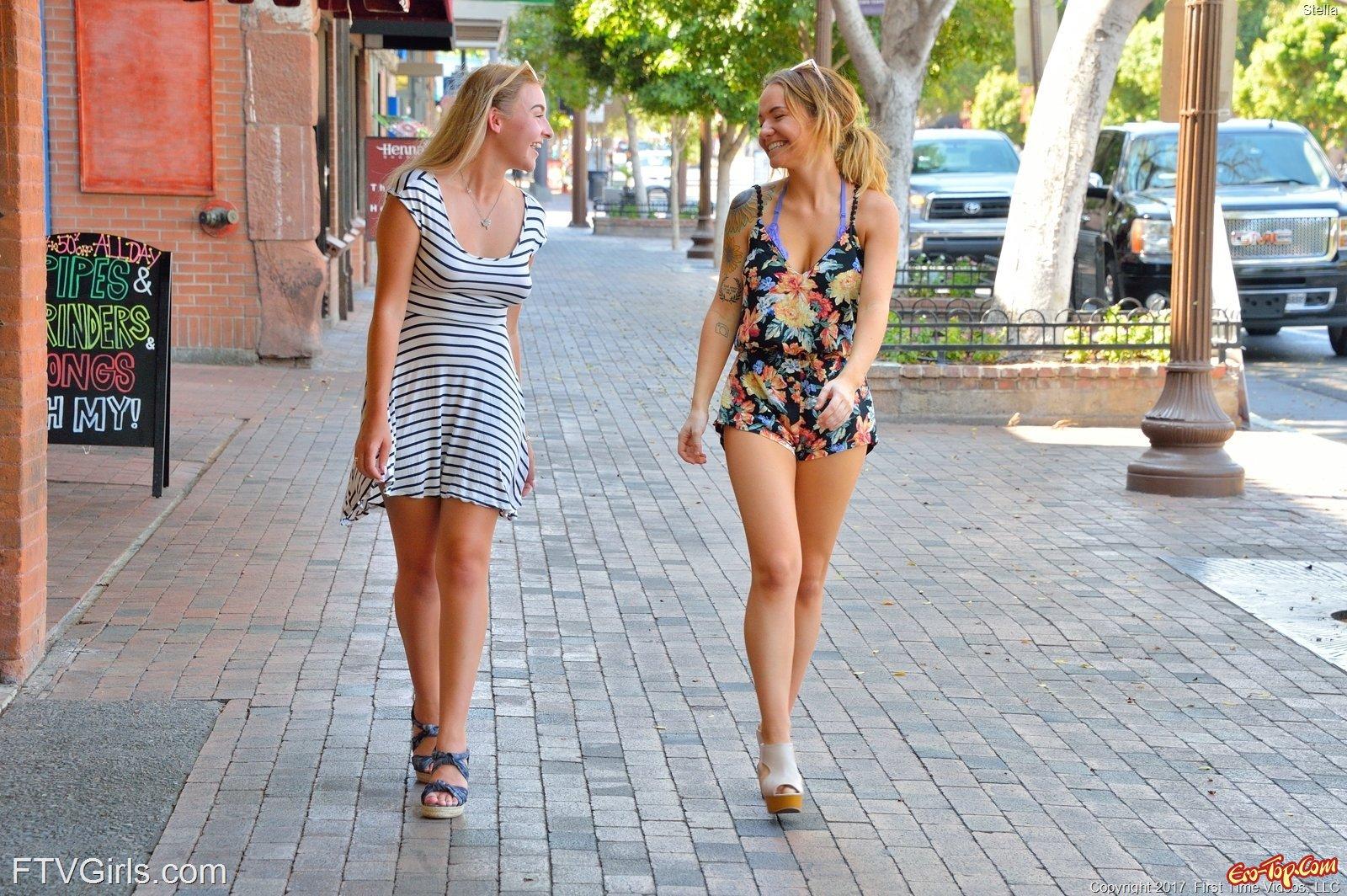 Тёлка демонстрирует раздетую грудь и пизду в общественных местах