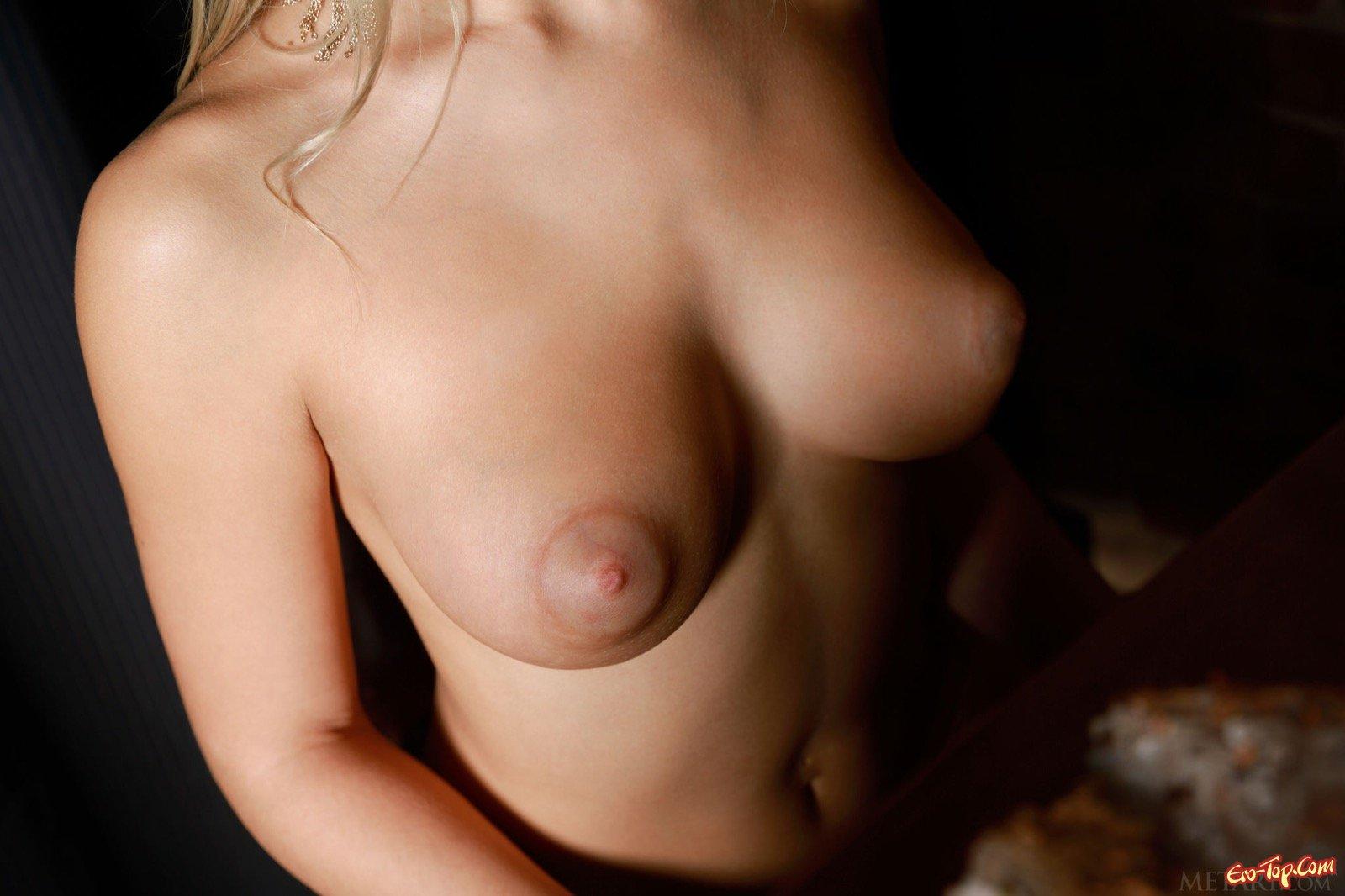 Светлая порноактриса снимает платье показывая крупные соски секс фото