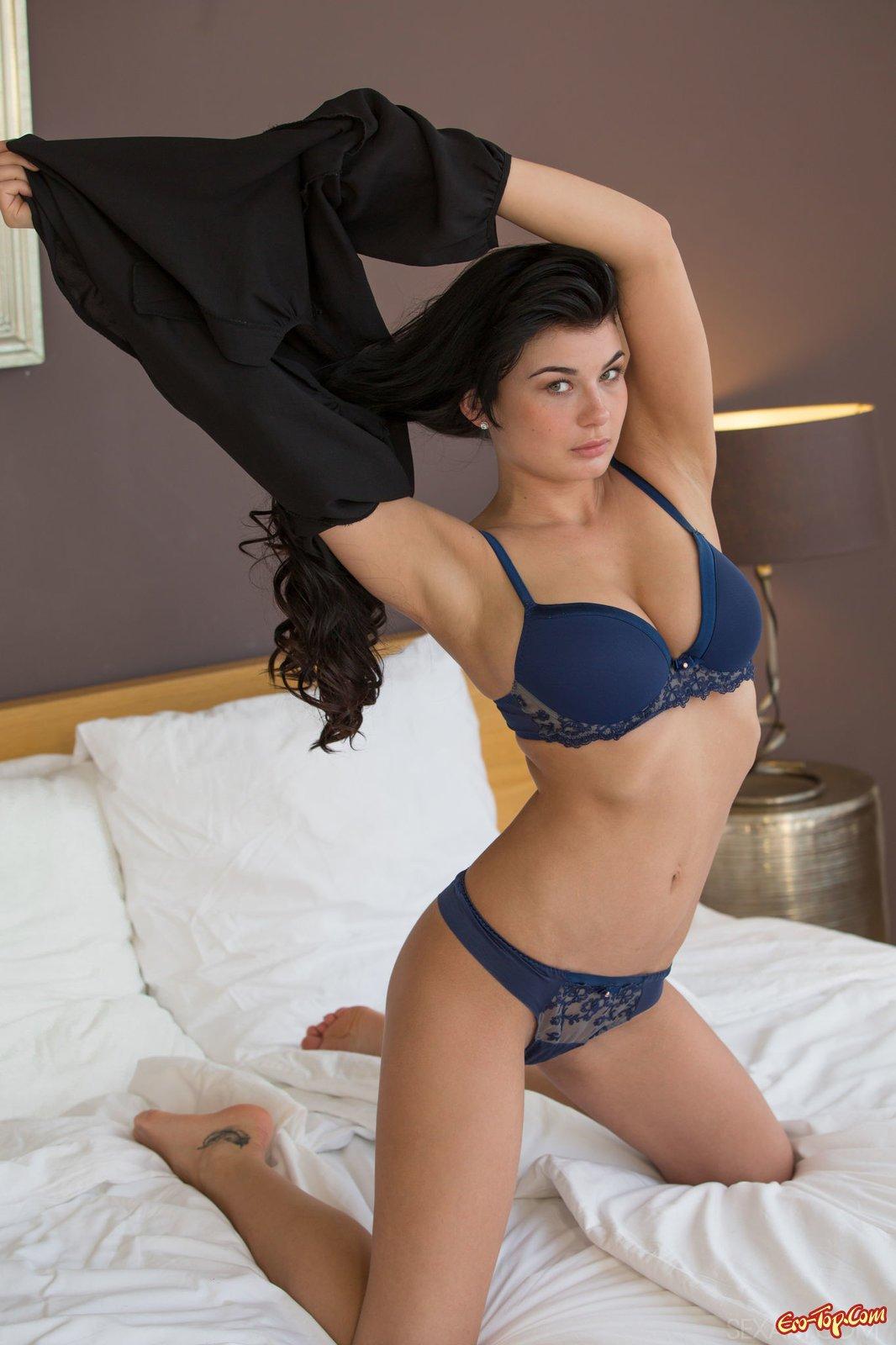 Шатенка с гигантской грудью снимает бикини на лежанке