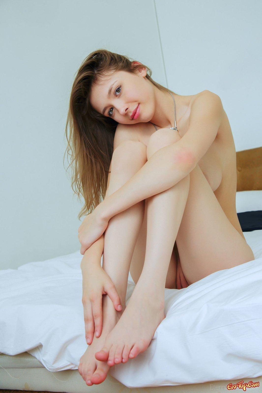 Девушка с висячими сиськами сняла трусики в постели