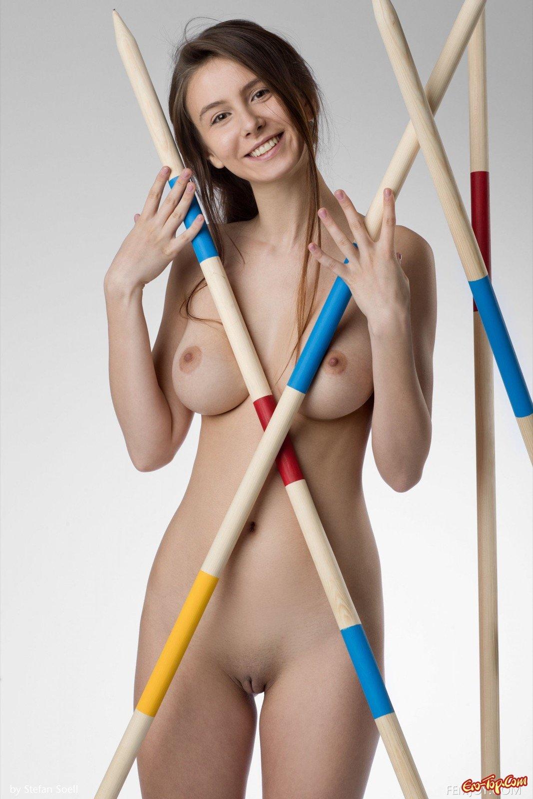 Голая девушка с сексуальной большой грудью
