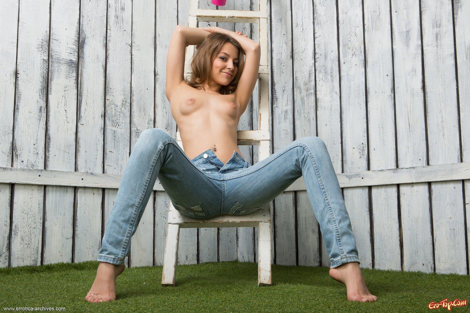 Гламурная проститутка сняла джинсы продемонстрировав киску