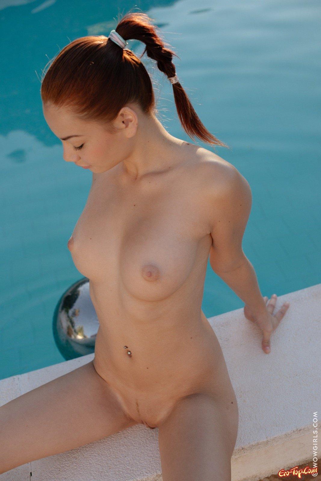 Игривая рыженькая барышня сняла трусы рядом с бассейном