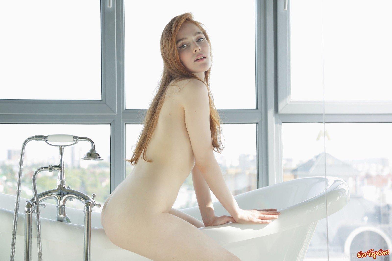 Рыжая красотка обливается голая с душа в ванной