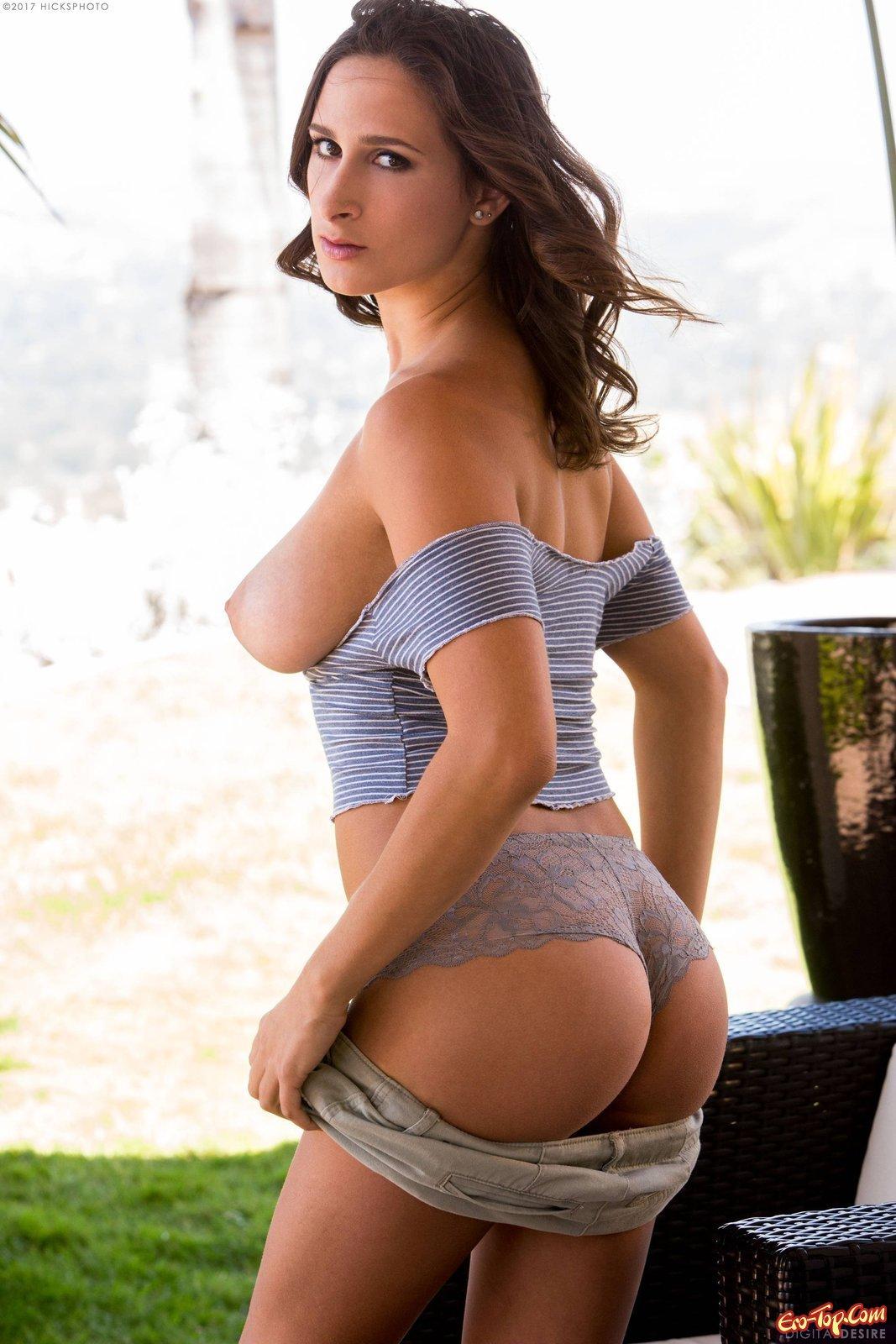 Девица с натуральными дойками и раздетой вульвой секс фото