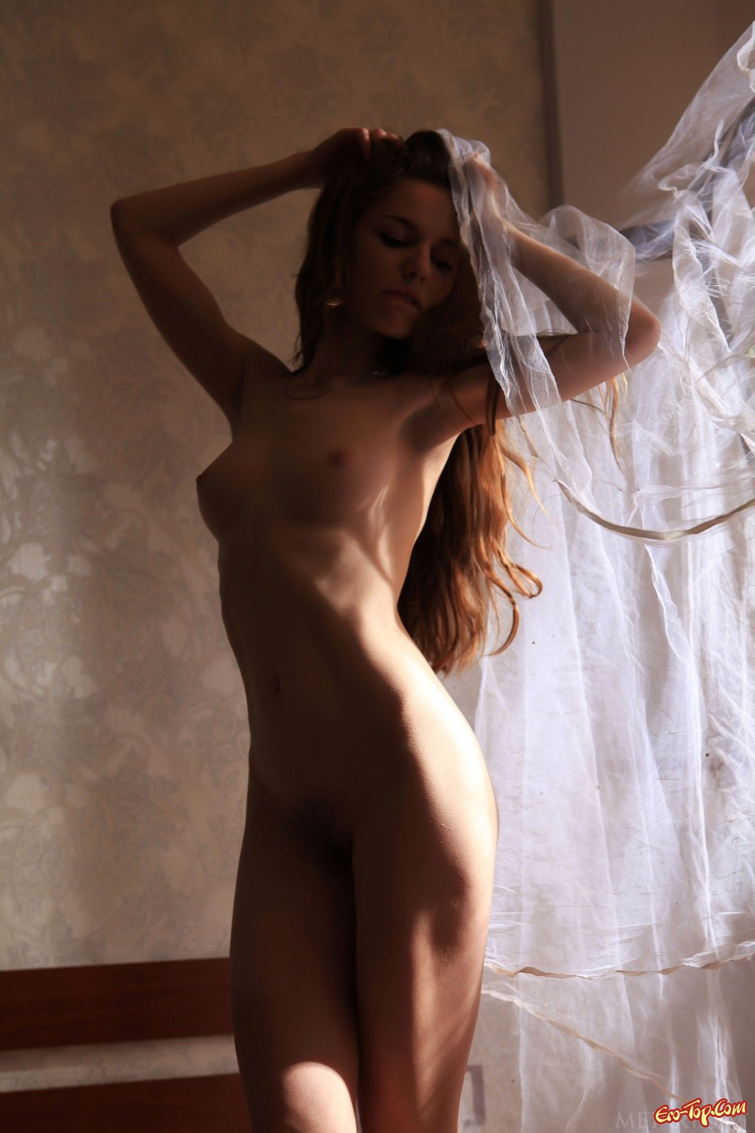 Симпатичная шатенка оголилась засветив худенькое тело
