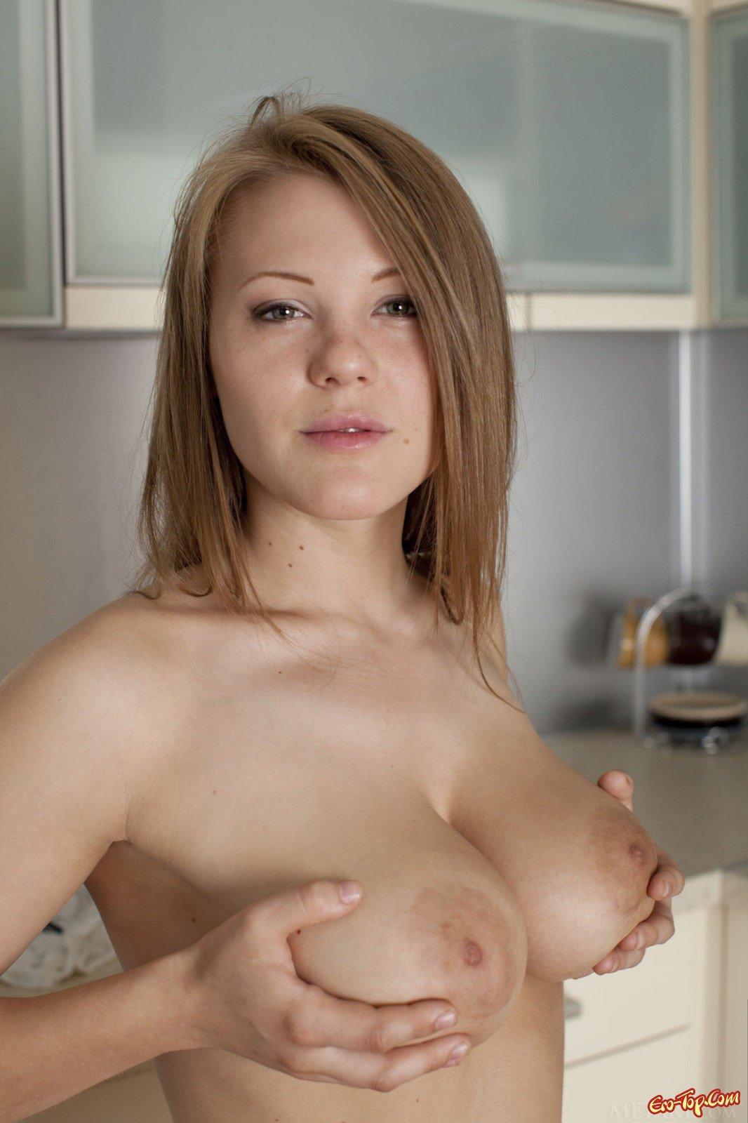 Блондинка разделась на кухне показав большие сиськи