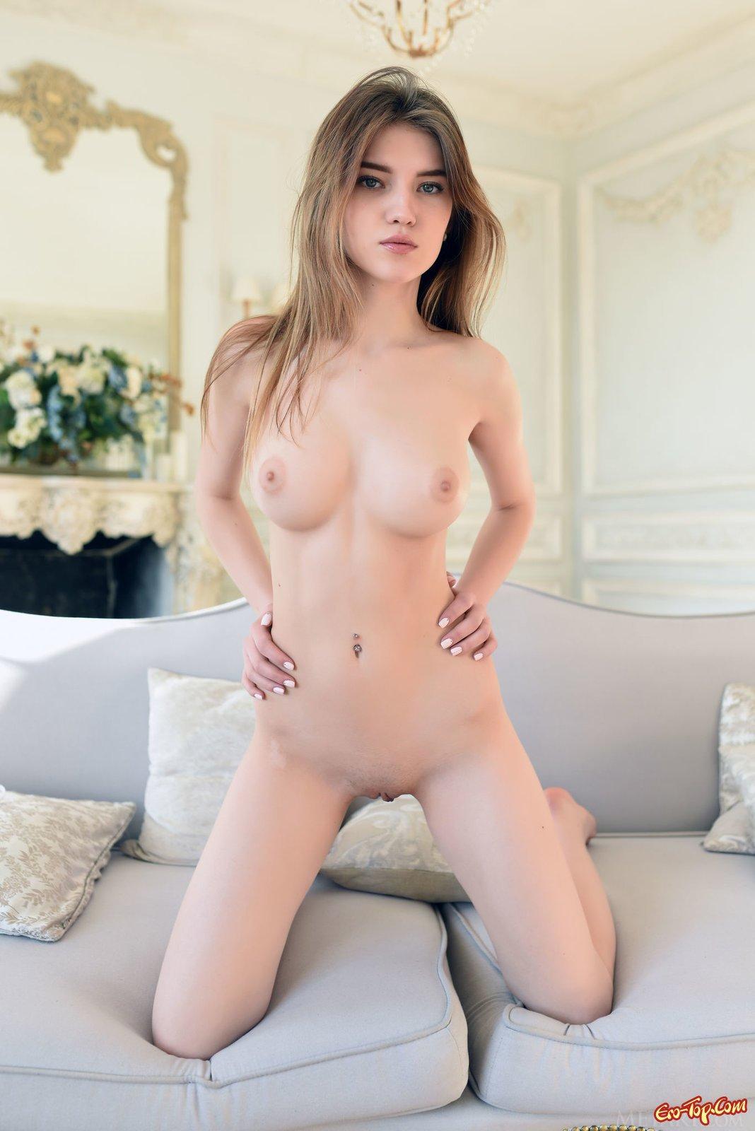 18-летняя чика сняла одежду и начала возбужденно позировать