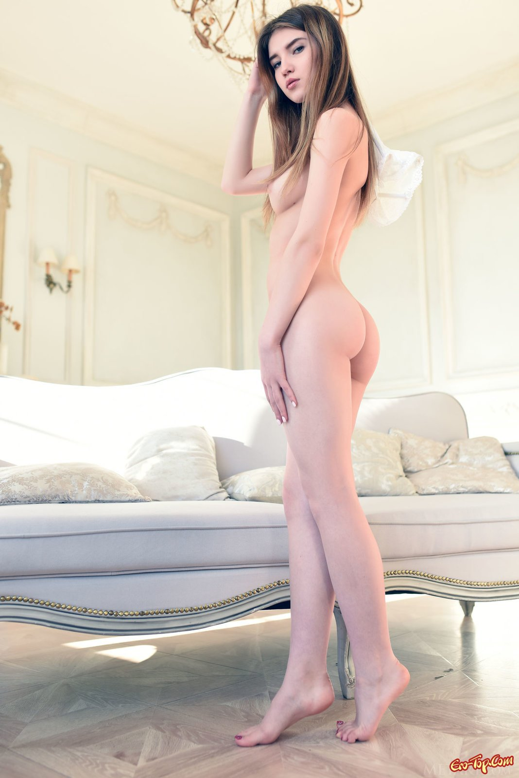 Молодая девушка оголилась и начала эротично позировать