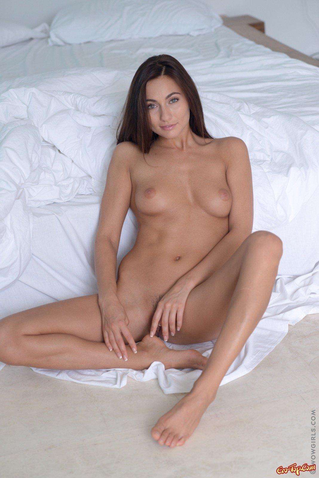 Сексуальная брюнетка грациозно позирует обнаженной