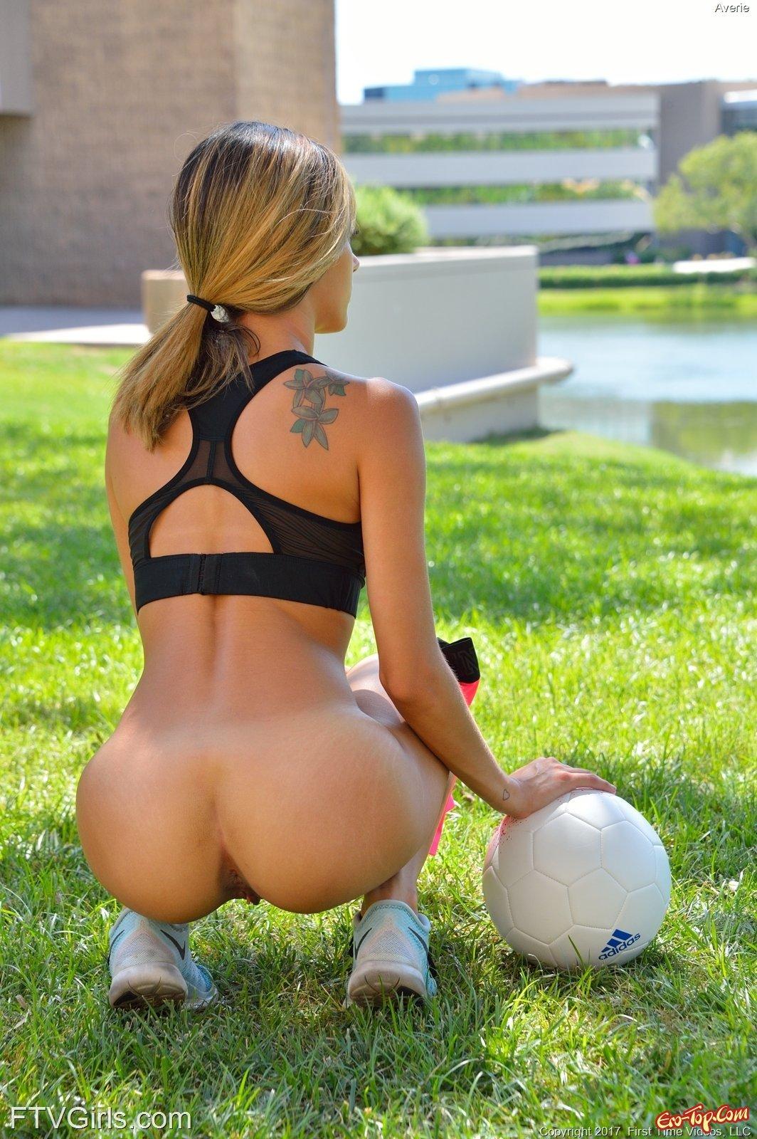 Худенькая спортсменка играясь с мячом показа киску